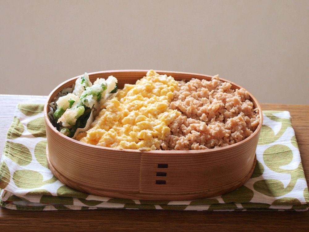 きょうのおべんとう「鶏そぼろと小松菜の新芽の天ぷら弁当」